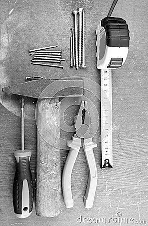 Herramientas de DIY en una tapa del banco de trabajo
