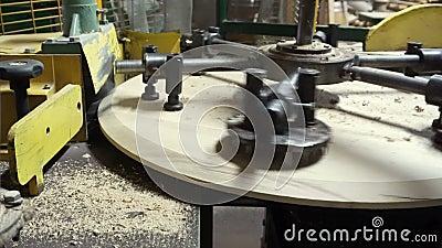 Herstellung eines Holzdeckels für ein Weinfass stock footage