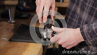Herstellung gemahlenen Kaffee mit Tamping frischen Kaffee Berufs-barista stock video footage
