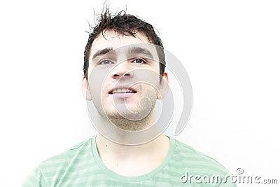 Het aantrekkelijke jonge mens glimlachen