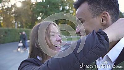 Het Afrikaanse Amerikaanse en Kaukasische meisje komt dichtbij de het bekijken verrekijkers in het park samen stock video