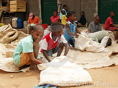 Het Afrikaanse kinderen werken Redactionele Fotografie