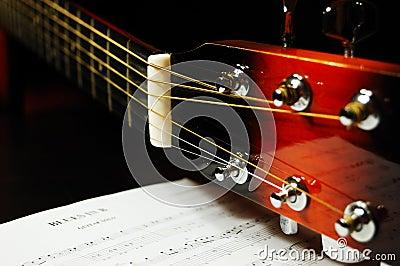 Het asblok van de gitaar en stemmende pinnen