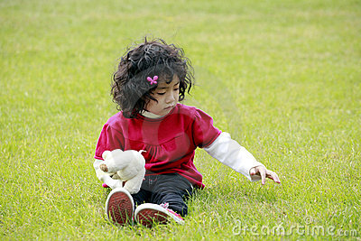 Het Aziatische meisje spelen op gras