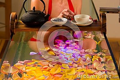 Het baden van de vrouw in kuuroord met kleurentherapie
