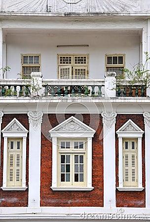 Het balkon en de vensters van de woonplaats in kerkstijl