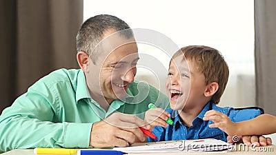 Het begrip opvoeden van kinderen, de tijd van kinderen Emoties van geluk, vreugde en liefde Vader en zoon trekken samen stock footage