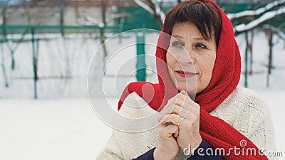 Het bejaarde verwarmt Handen stock video