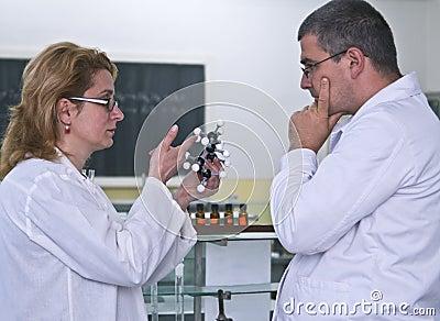Het bespreken van het experiment