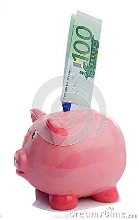 Het bewaren van een nota van honderd euro in een piggy-bank