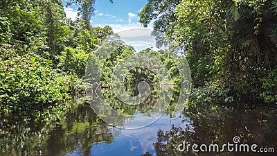 Het bewegen zich door het kanaal op de rivier stock videobeelden