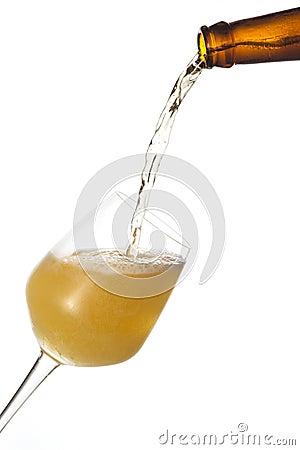 Het bier giet in een glas.