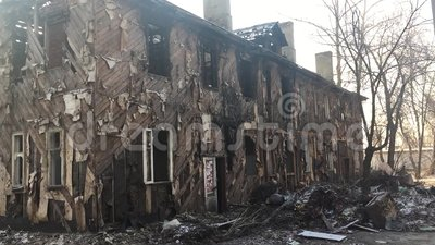 Het binnenland van gebrand huis met wit venster en veel huisvuil oud verlaten huis brandden onderaan in openlucht de winter van R stock video