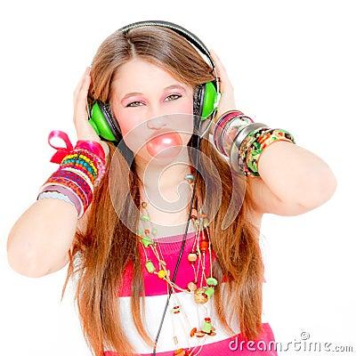 Het blazen van de tiener gom het luisteren muziek