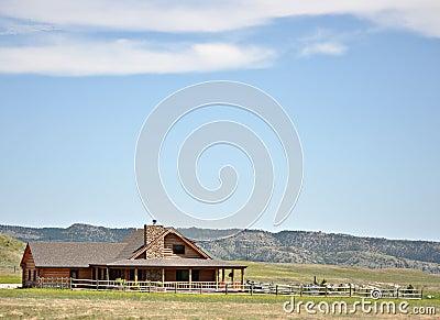 Het blokhuis en de werf van de zomer in de heuvels
