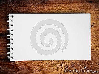 Het boek van de nota horizontaal op teakhout