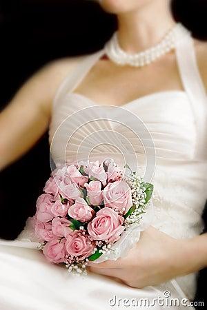 Het boeket van het huwelijk in de handen van de bruid