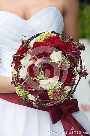 Het boeket van het huwelijk met rode en witte rozen