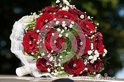 Het boeket van het huwelijk met rode rozen