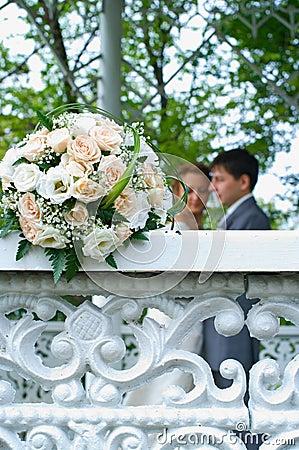 Het boeket van het huwelijk op witte omheining