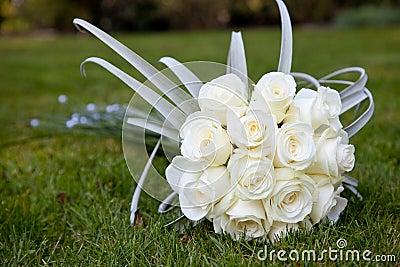 Het boeket van het huwelijk van witte rozen
