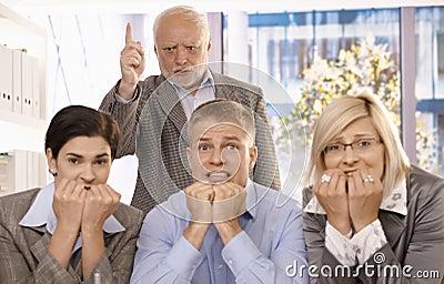 Het boze chef- schreeuwen bij doen schrikken werknemers