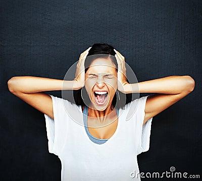 Het boze en gefrustreerde vrouw gillen