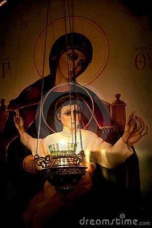 Het branden van de lamp vóór het pictogram van Onze Dame