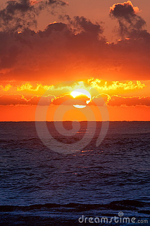 Het branden zonsopgang over oceaan