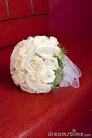 Het bruids boeket van het huwelijk van witte rozen