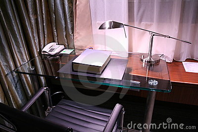 Het bureau van het hotel en lezingslamp