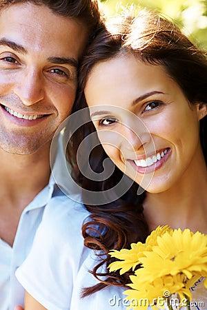 Het charmeren van jong liefdepaar dat van geniet