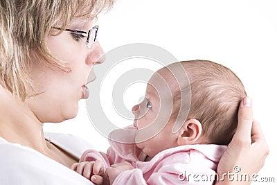 Het communiceren van de moeder en van de baby