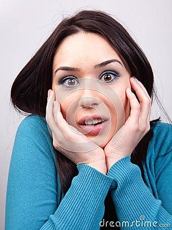 Het concept van de verrassing - verbaasde leuke vrouw