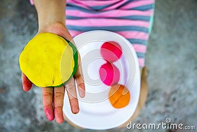 Kleurrijke plasticine op hand