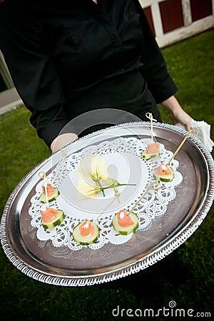 Het dienende voedsel van de kelner tijdens een gebeurtenis
