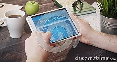 Het doorbladeren STAMonderwijs app die draagbare computer met behulp van bij bureau stock video
