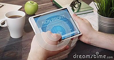 Het doorbladeren van de pagina die niet van winstinternet digitale tablet gebruiken bij bureau stock video