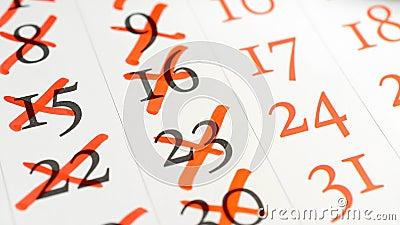 Het doorkruisen van rode teller een aantallen in een kalender stock video