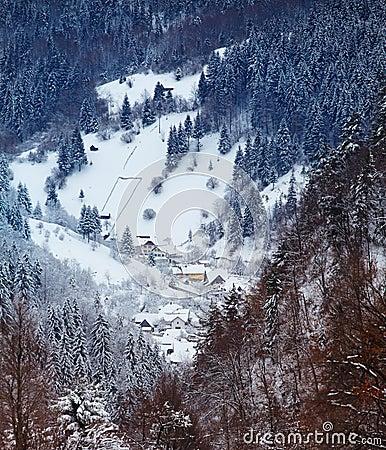 Het dorp van Moeciu in de winter