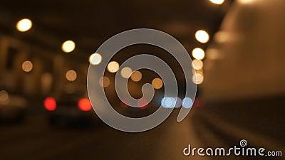 Het drijven bij nacht Windschermmening en vage auto's in stad stock footage