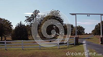 Het drijven door een landbouwbedrijf in Oklahoma - mooi platteland stock footage