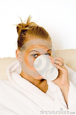Het drinken van de vrouw mok koffie