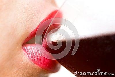 Het drinken van de vrouw wijn