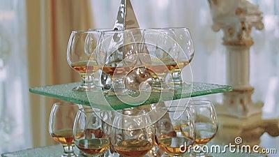 Het drinken van een stapel van de glaspiramide wijnglazen stock videobeelden