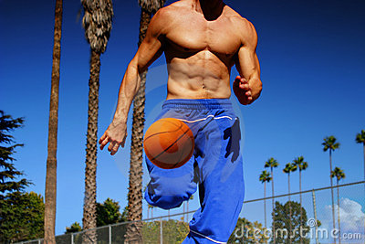 Het druppelende basketbal van de atleet