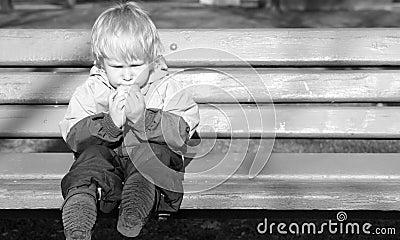 Het eenzame kind zit op een bank royalty vrije stock afbeeldingen afbeelding 6852029 - Bank kind zits ...