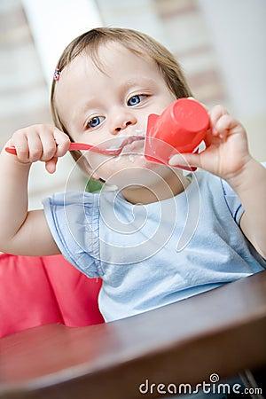 Het eten van baby