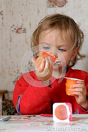 Het eten van yoghurt