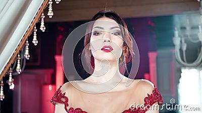 Het filteren van het geschotene middelgrote close-up speelse aanbiddelijke verleidelijke jonge vrouw stellen bij uitstekend luxeb stock video